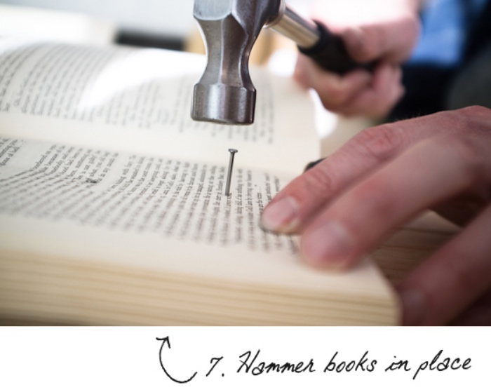 fixer les livres à la planche, marteau et clous, faire une tete de lit, bricolage facile et rapide, tutoriel deco