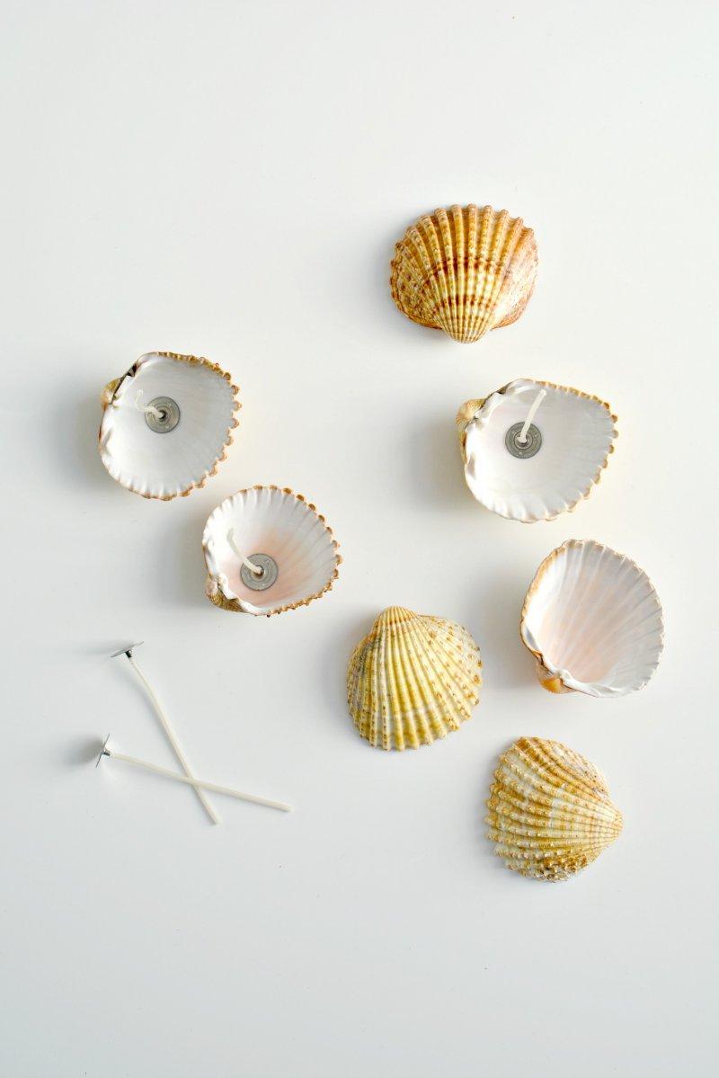 activité manuelle adulte, bricolage facile fabriquer des bougies dans des coquillages, premier étape du tutoriel, fixer les mèches