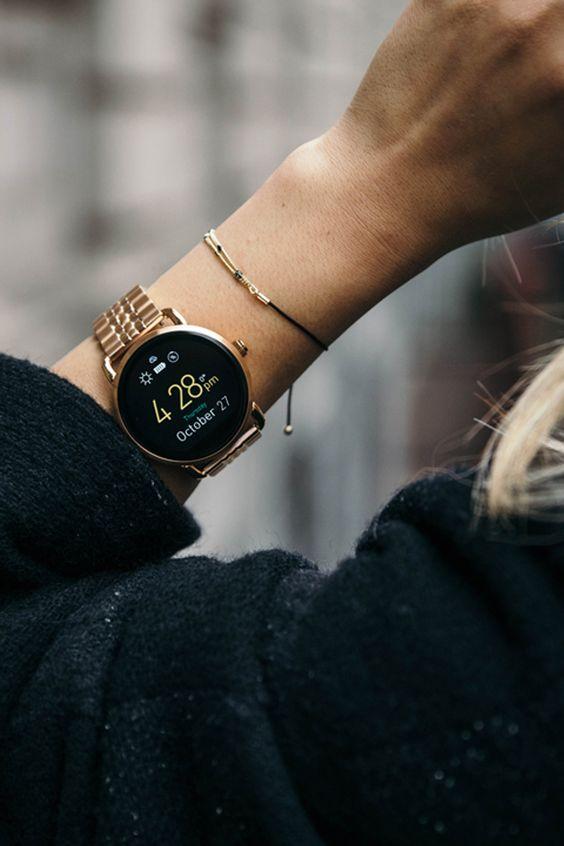 montre originale connecté, intelligente, cadran forme ronde et bracelet doré, modee femme