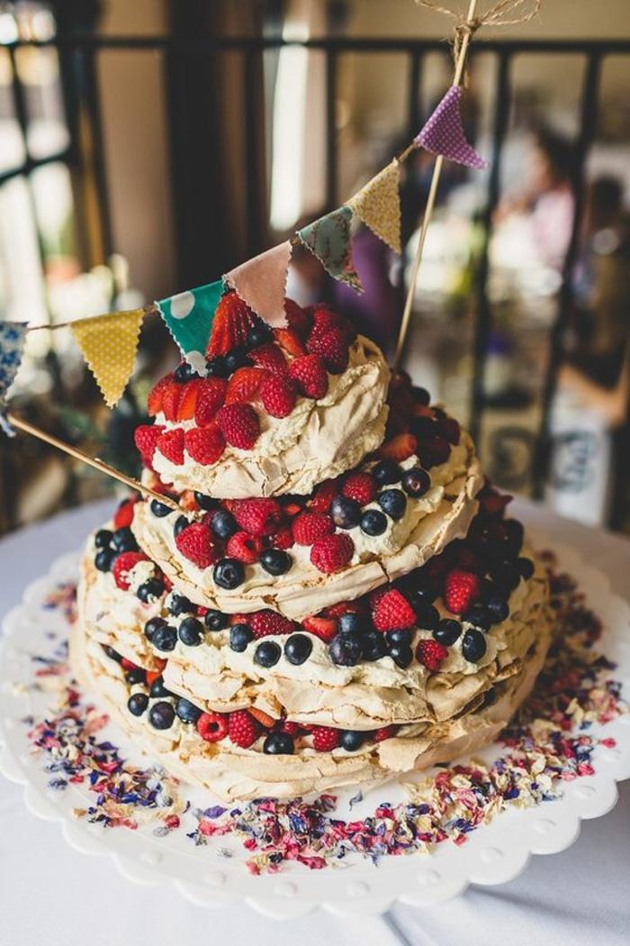 gâteau d'anniversaire façon pavlova aux fruits rouges, gâteau meringué étagé