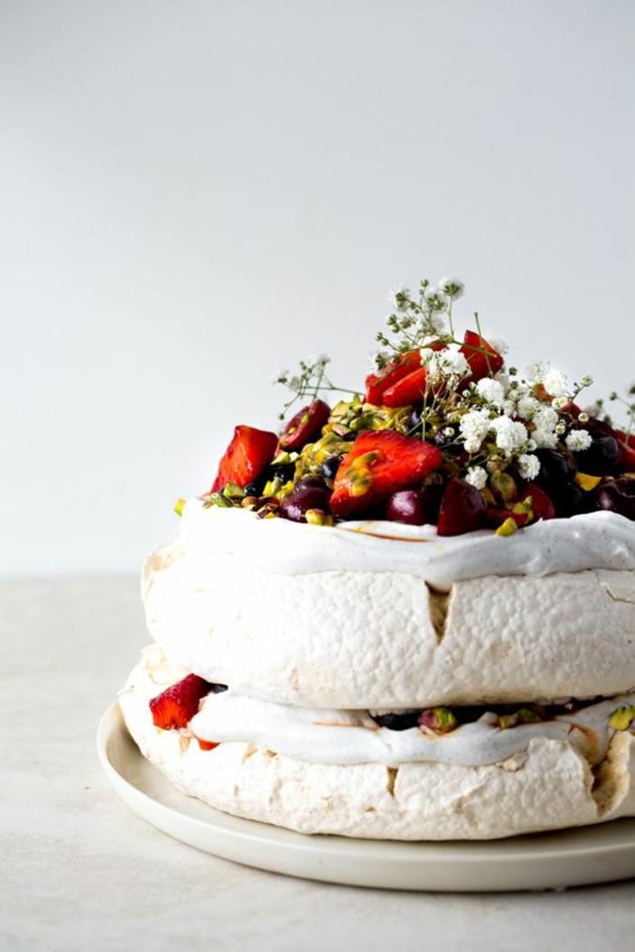 dessert australien meringué aux fruits, recette végane de pavlova aux fruits rouges, fruits de la passion, safran et pistaches