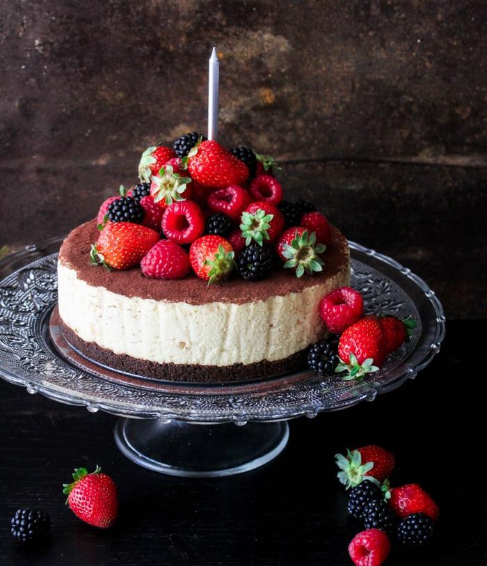 gâteau anniversaire façon cheesecake au chocolat et aux fruits rouges