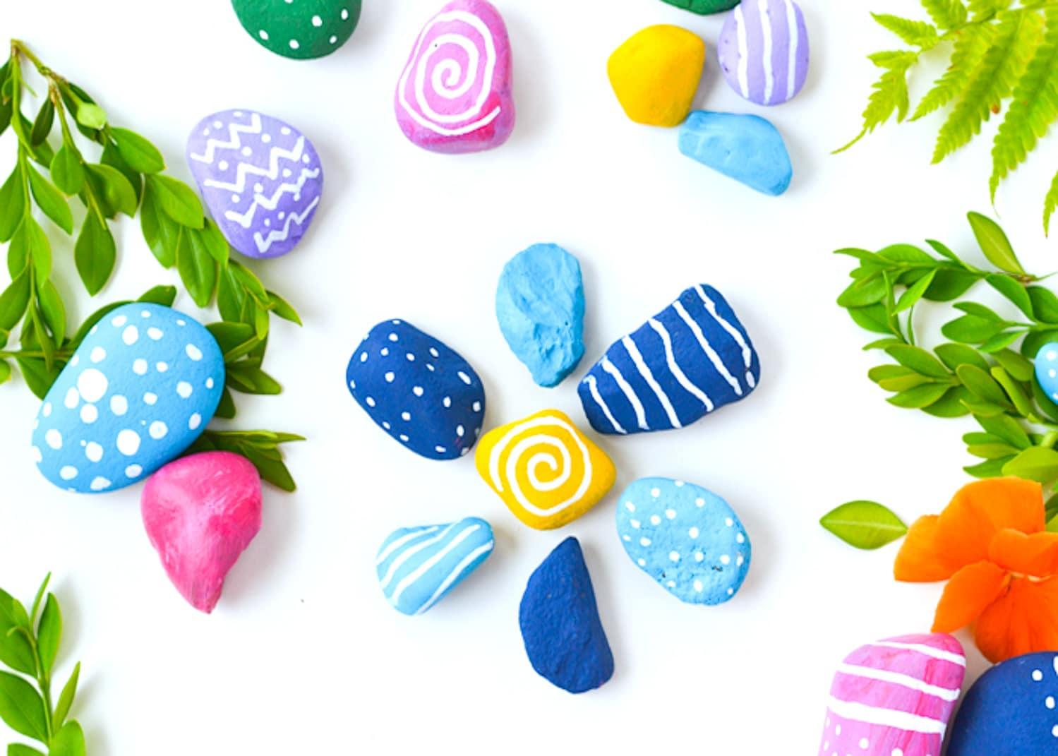 comment faire des galets décorés, pierres décoration peinture et feutres, dessins multicolores, activité manuelle primaire, maternelle adutle