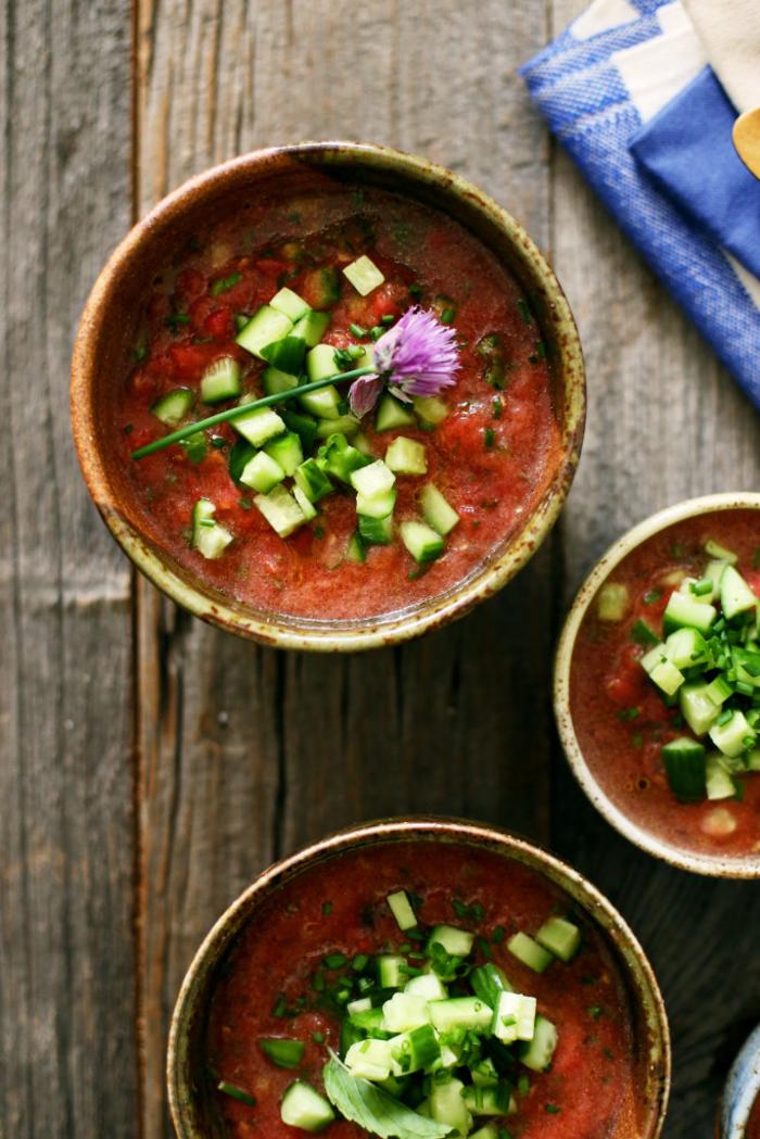un repas simple et sain préparé avec des ingrédients frais, gaspacho andalou aux tomates, poivrons et concombres