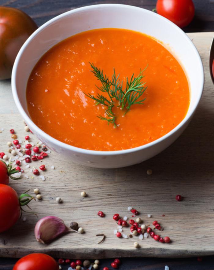 une soupe froide de tomates rafraîchissante et légère, recette estivale