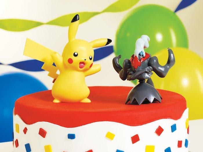 anniversaire pokemon, figurine pokémon, decoration gateau pokemon, ballons gonflés, gâteau rouge et blanc
