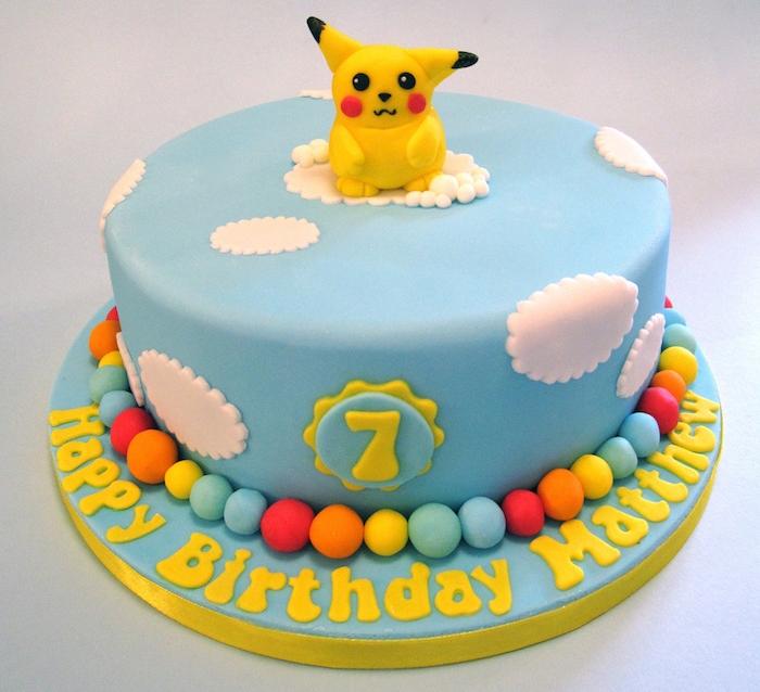 anniversaire pokemon, pâte d'amande bleu ciel, nuages blanches en pâte, perles sucrées, decoration gateau pokemon