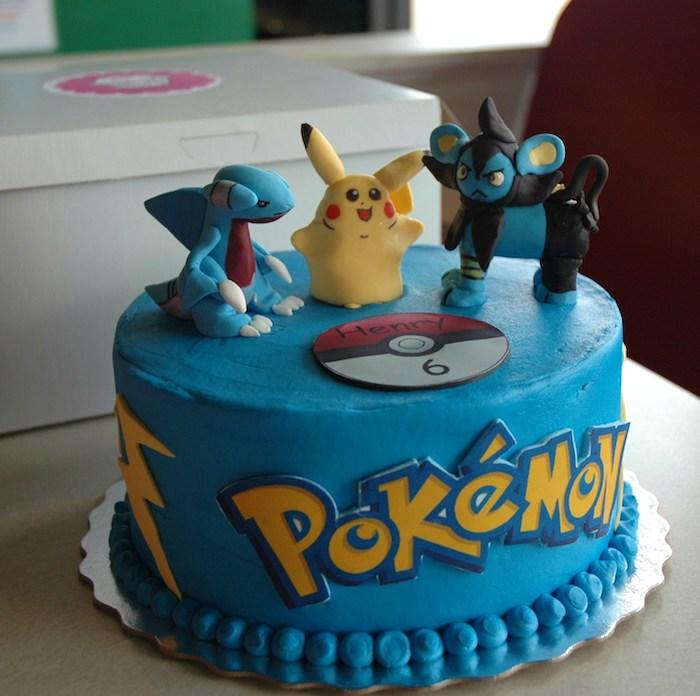 anniversaire theme pokemon, idée surprise pour enfant, gateau pokemon, boîte en carton, figurines pokémon en pâte d'amande