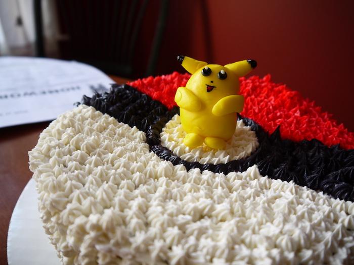 recette de gateau, crème blanche, figurine pikachu, comment faire un gateau, pikachu mignon, plaque à pâtisserie