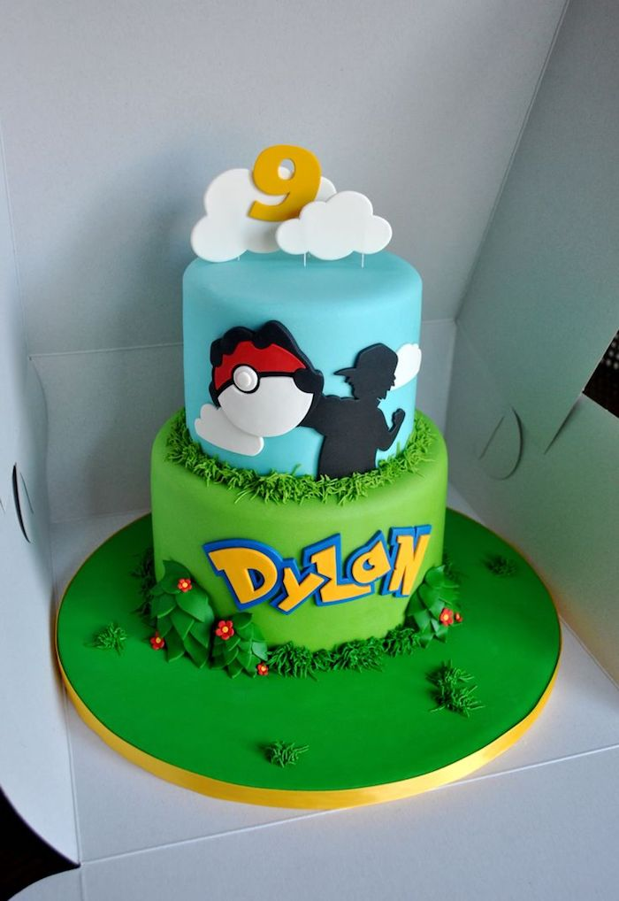 anniversaire theme pokemon, boîte en carton, glaçage bleu, gâteau en couches, dessin pokéball, nuage en sucre