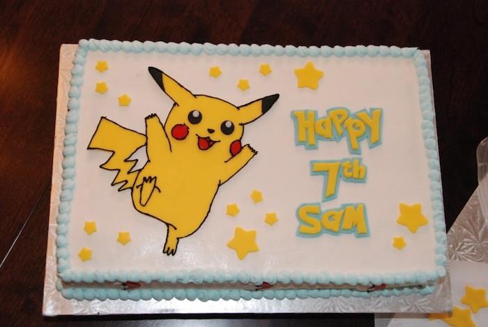 decoration gateau pokemon, génoise au vanille, pikachu mignon, étoiles jaunes en sucre, crème blanche