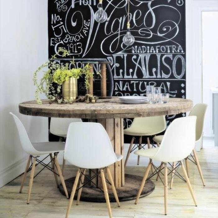 idée comment aménager une salle à manger, table en touret, chaises scandinaves, parquet clair, et tableau noir mural, deco table naturelle