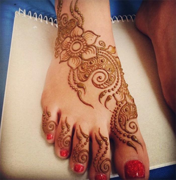 henné pied, pied décoré de henné aux orteils, vernis rouge, fleur et motifs floraux