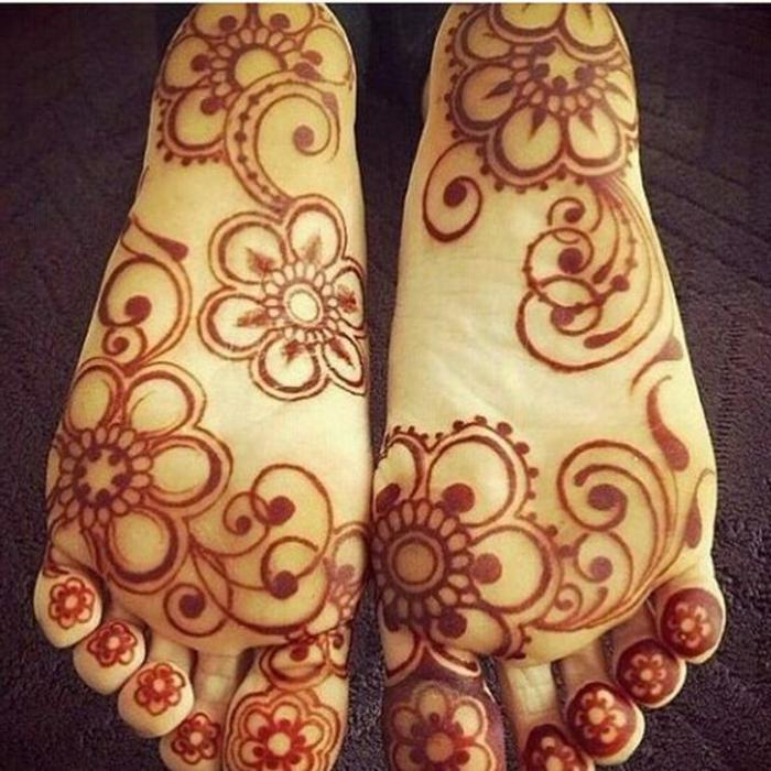 henné pied, plante décorée de henné couleur marron, fleur à chaque orteil