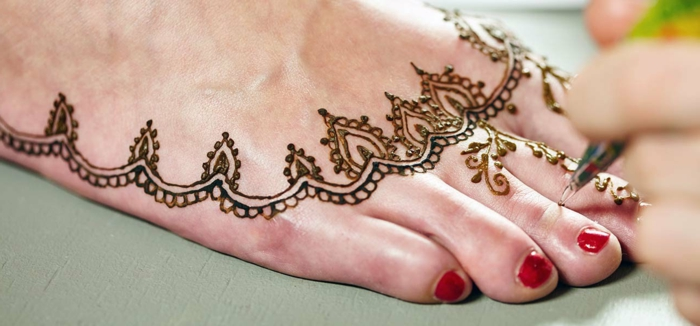henné pied, rituel oriental, tatoauge aux pieds avec ornements orientaux