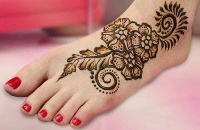 henné pied, tatouage floral fait sur le pied, vernis à ongles rouge, une figure florale