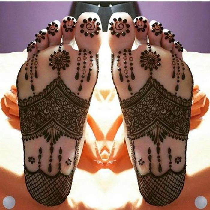 henné pied, tatouage à la plante du pied, grands dessins tatoués aux pieds