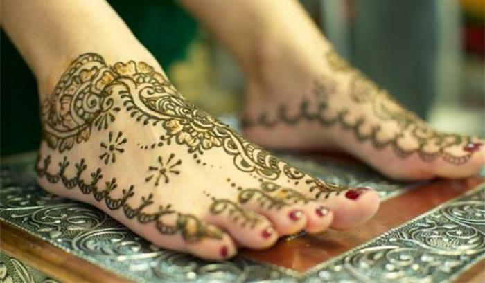 henné pied, henné verte appliquée sur les pieds d'une femme, ritue d'embelissement