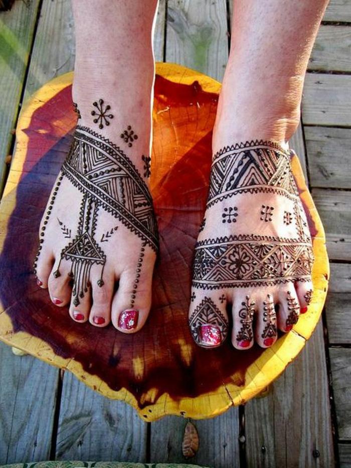 henne pied, design ethnique, motifs indiens et aztèques dessinés aux pieds