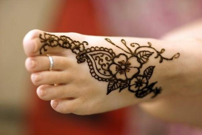 henne pied, fleur tatouée au pied, anneau en argengt, tatouage temporaire
