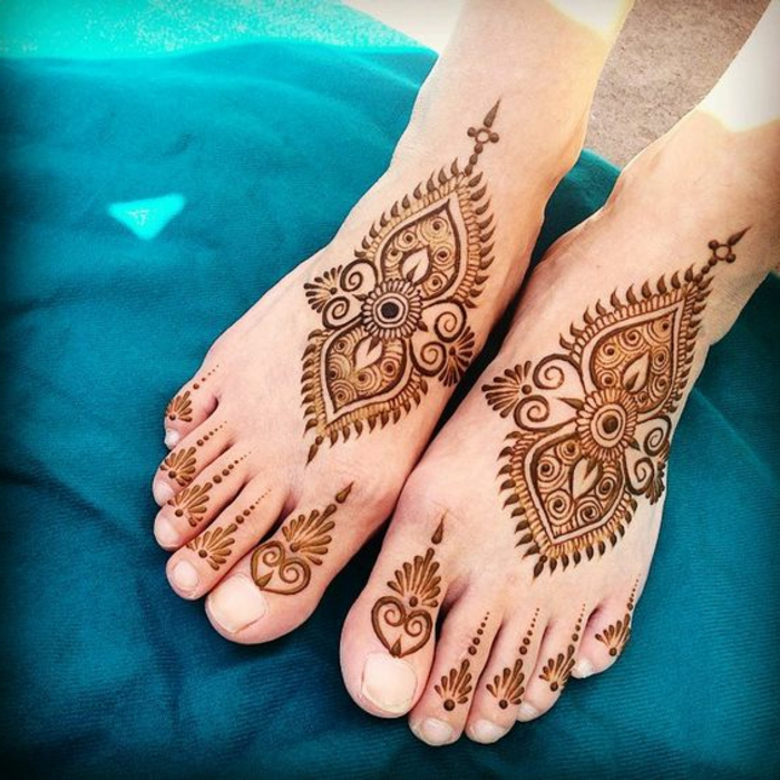 henne pied, décoration orientale, dessins symétriques aux deux pieds