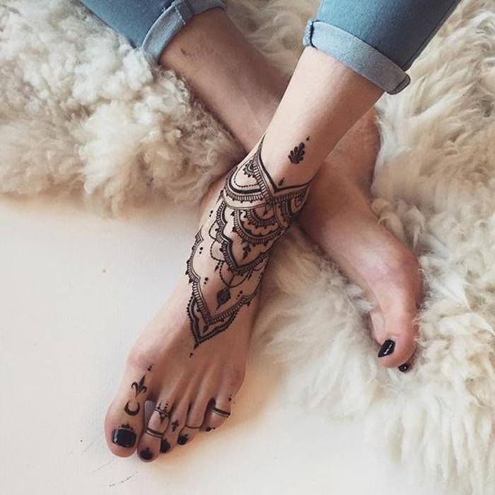 henné pied, tatouage joli imitant un bracelet de cheville et tapis fourrure