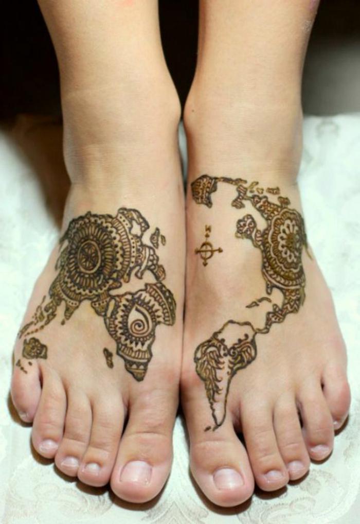 henne pied, tatouage temporel original, la carte du monde dessinée sur les pieds
