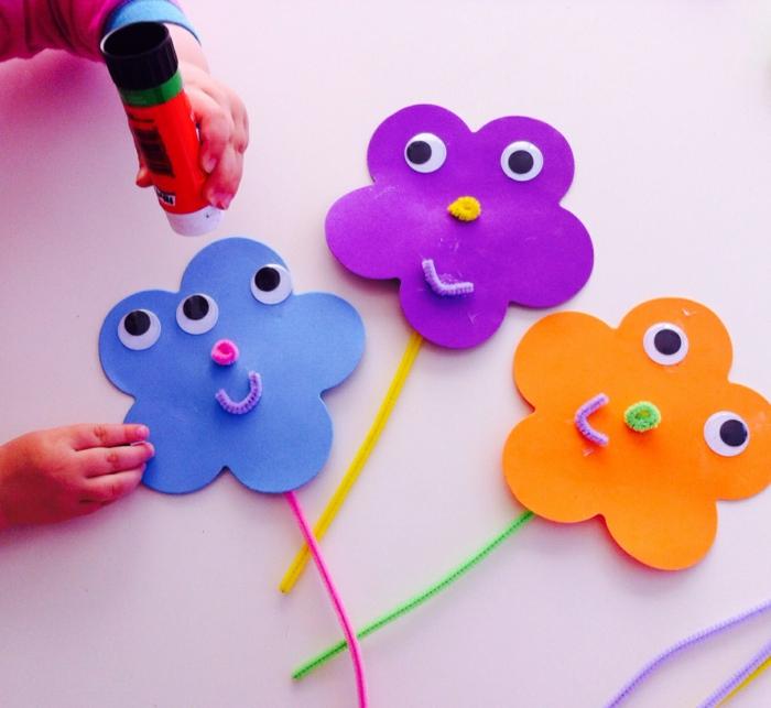 idée activité manuelle maternelle, des fleurs en papier, avec des yeux mobiles, idée facile de bricolage