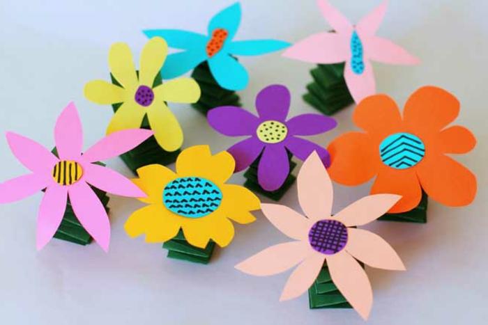 fabriquer des fleurs en papier multicolores avec des tiges ressort, activité manuelle maternelle, bricolage facile