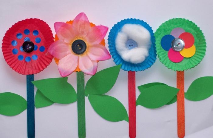 des fleurs fabriquées à partir de batonnets de glace repeints e moules a muffins, coton et boutons, activité créative, bricolage enfant