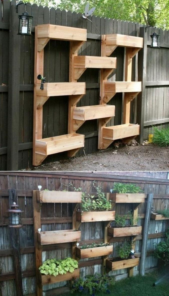 une jardiniere palette fabrique partir de bacs a fleurs rangs diffrents niveaux contre une - Fabriquer Une Jardiniere Avec Des Palettes