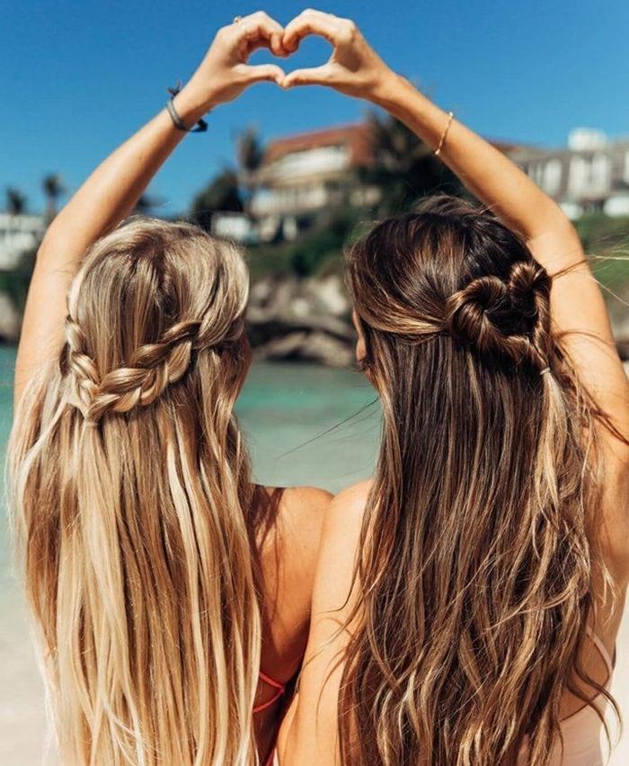 changer de couleur de cheveux, coloration blond californien, coiffure de plage, filles avec tresses, amies sur le plage, couleur de cheveux