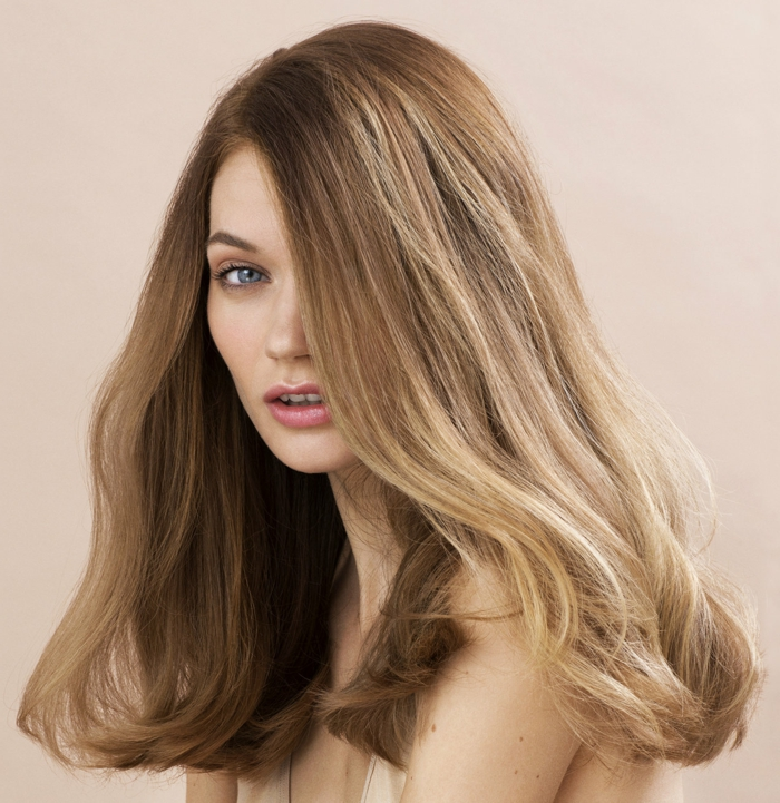 comment choisir sa couleur de cheveux, lèvres rose, cheveux blonds, racines bruns, idée couleur cheveux