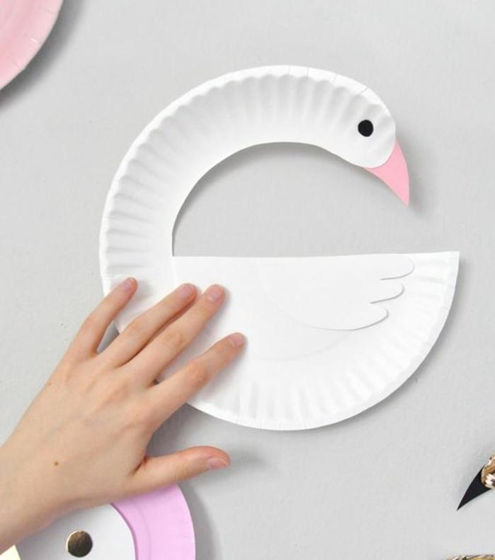 idée comment fabriquer un cygne en assiette en papier, activité manuelle maternelle primaire, loisirs creatifs