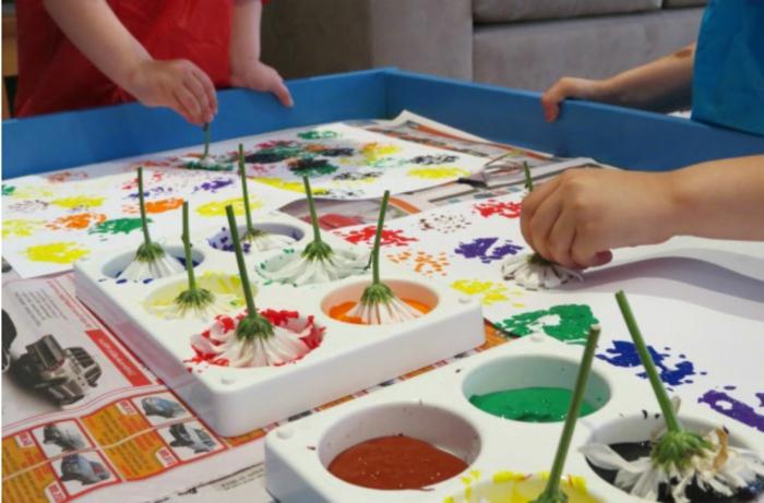 idée comment réaliser un dessin avec des pétales de fleurs trempées dans de la peinture, empreintes sur papier, bricolage enfant maternelle