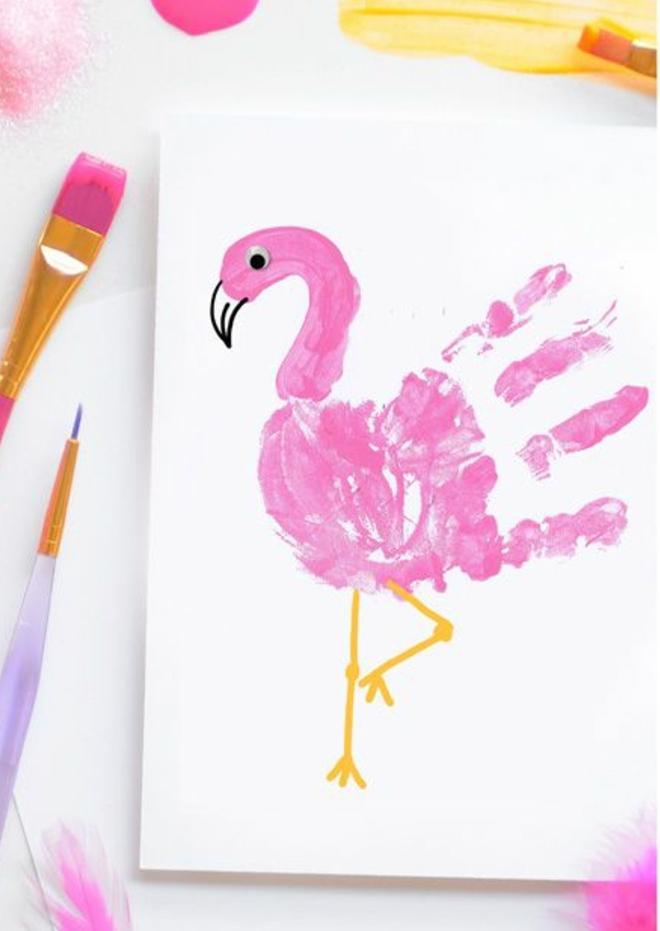 idée de dessin flamant rose avec empreinte de main, des yeux mobiles, activité manuelle primaire maternelle