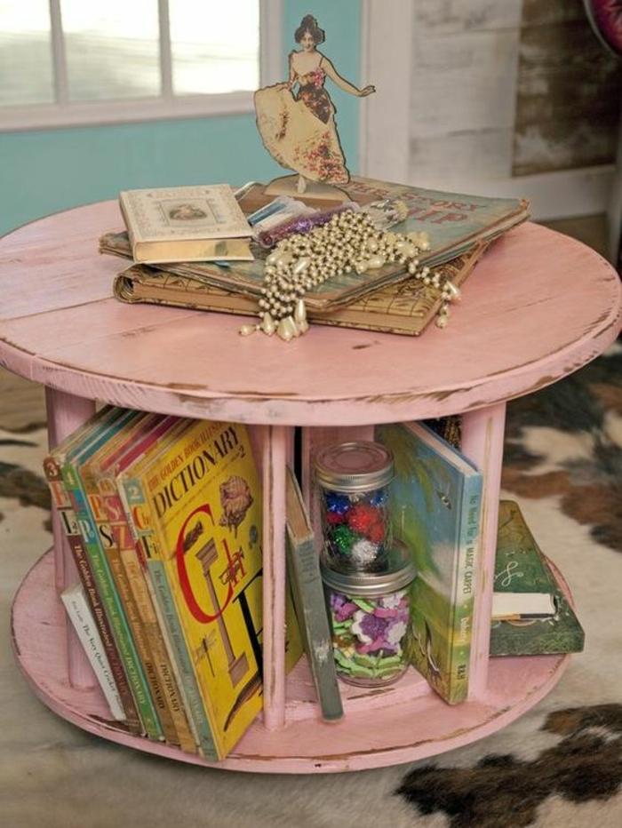 table basse touret, repeinte en rose, rangement intégré pour livres, petite bibliothèque, livres, decoration shabby chic