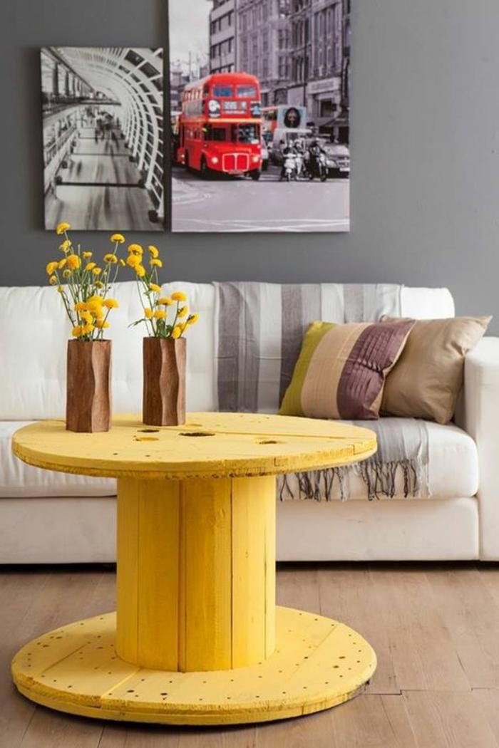 touret bois table repeinte en jaune, vases de fleur en bois sculpté, canapé blanc et coussins multicolores, panneaux decoratifs paysages Londres