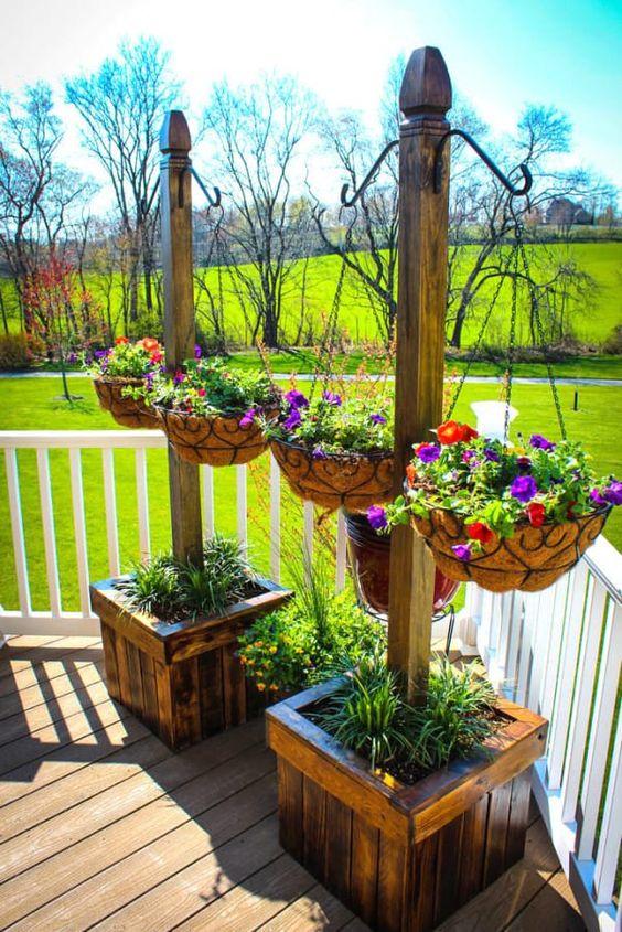 idée de jardiniere palette à fabriquer soi meme, bac en planches de bois, et paniers en metal suspendus, pétunias, deco terrasse en bois