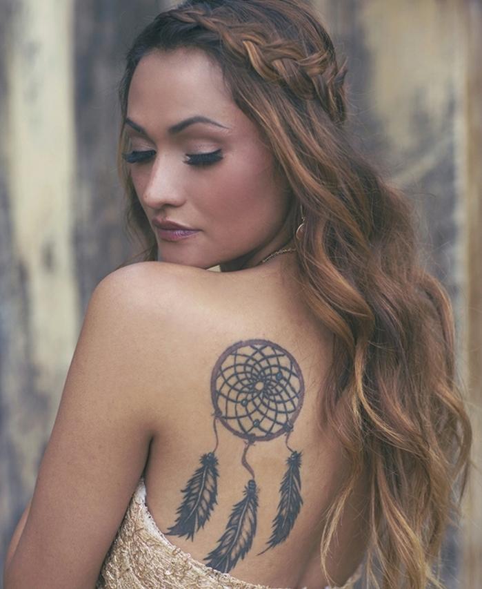 attrape reve tatouage épaule, cerceau rouge, filet noir, plumes encre noir, femme cheveux ondulés et tresse