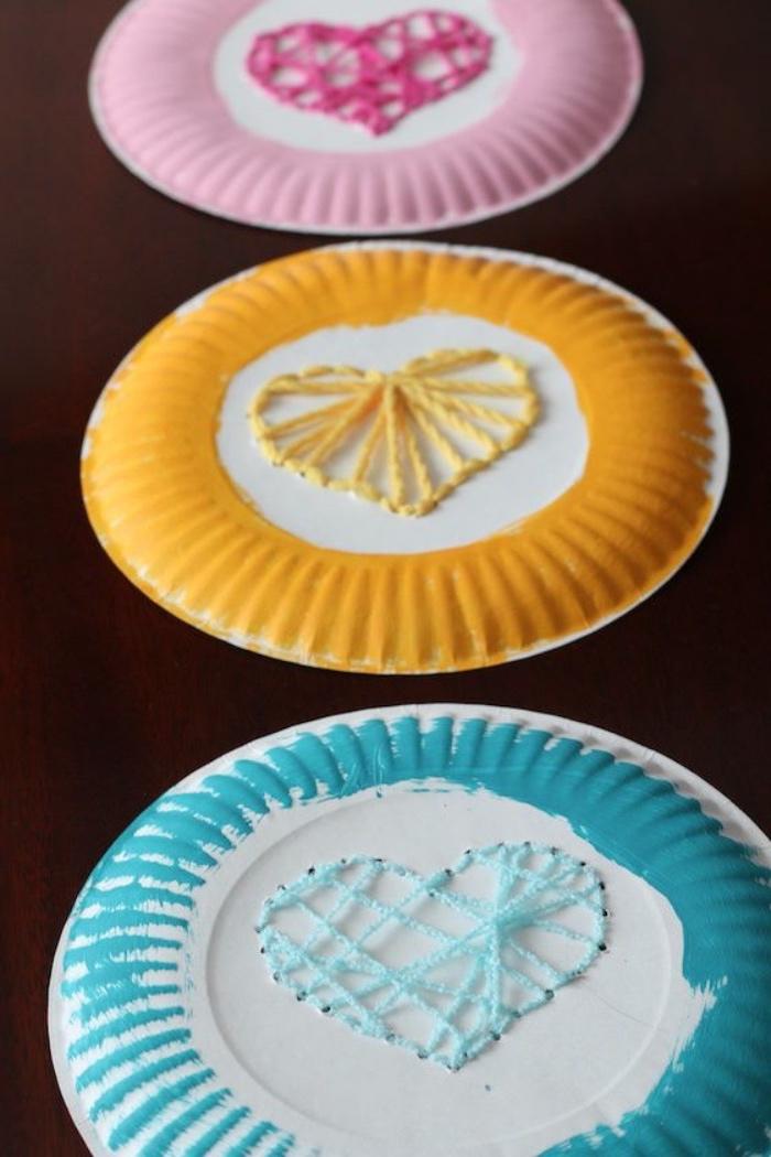 idée comment faire du string art sur le revers d assiettes en papier, coloré, croisement de fils de laine en forme de coeur, bricolage enfant facile
