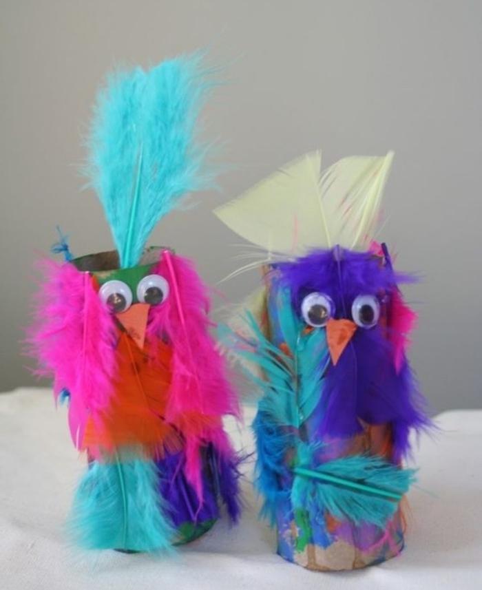 des poussins en rouleau de papier toilette et plumes multicolores, des yeux mobiles, activité manuelle maternelle primaire