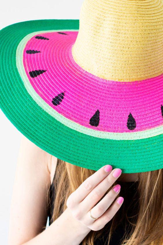 personnaliser son chapeau été de peinture acrylique, couleur verte, fuschia, jaune et noire, idée de bricolage facile été