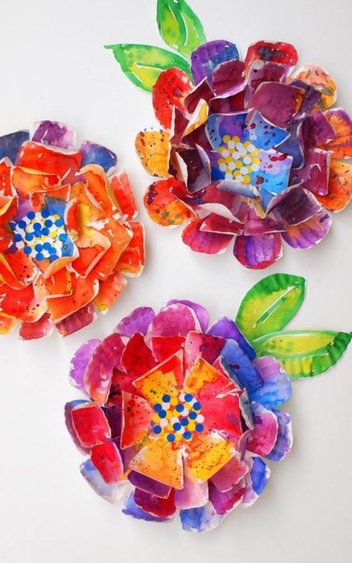 idée comment fabriquer des fleurs en assiettes de papier, repeints de couleurs variées, idée décoration maison, activité manuelle primaire, maternelle