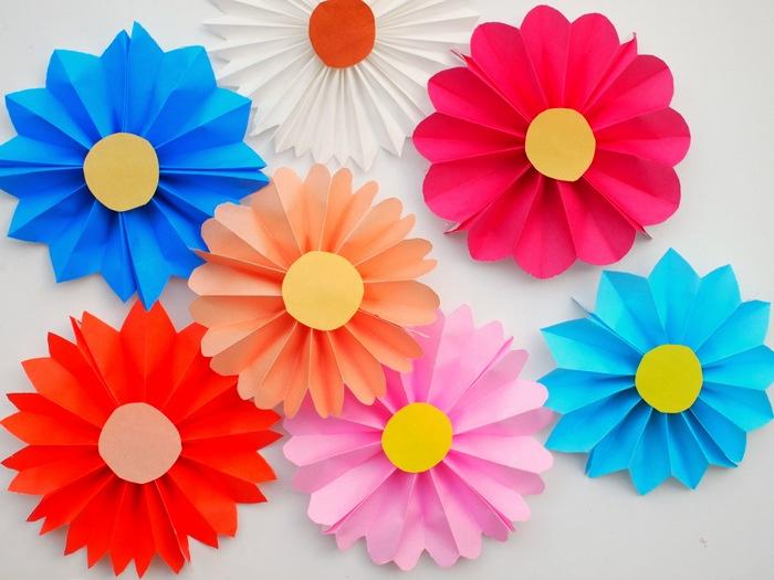 résultat final des fleurs en papier multicolores, idée activité manuelle primaire maternelle, bricolage facile