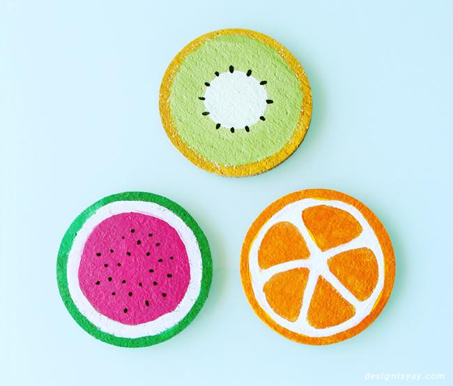 projet de bricolage facile pour fabriquer des sous verres en rondelles de liège, motifs fruit tropical, kiwi, pastèque et orange