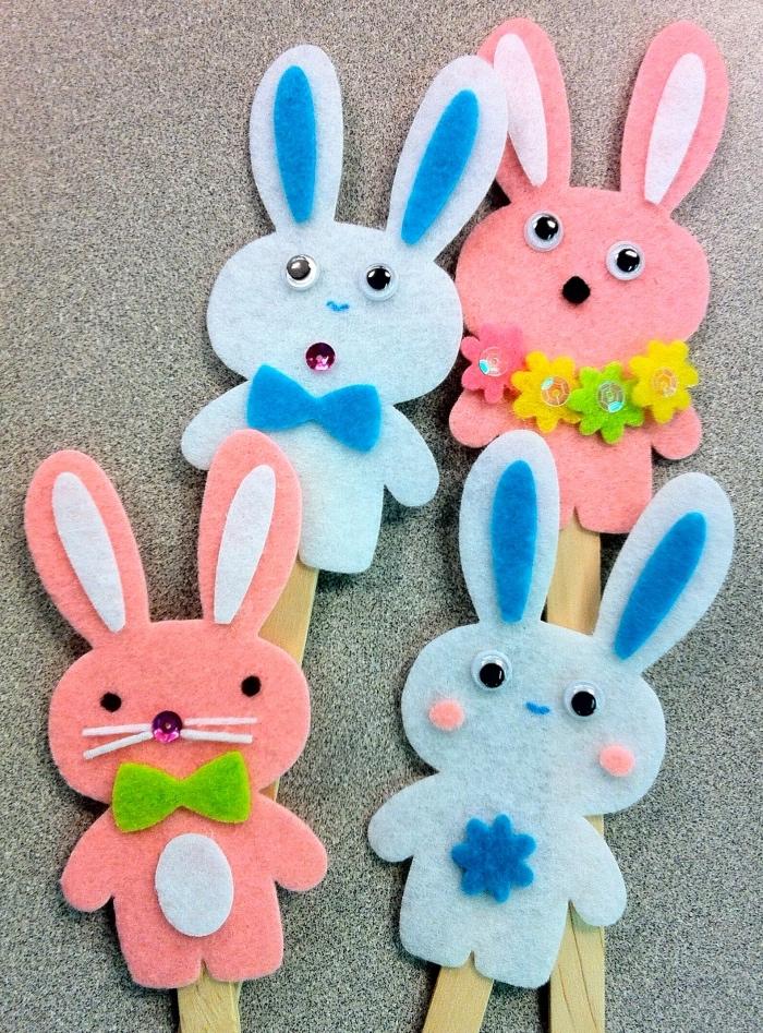 idée de bricolage enfant pour paques, un lapin en feutrine multicolore, des yeux mobiles, batonnets de glace
