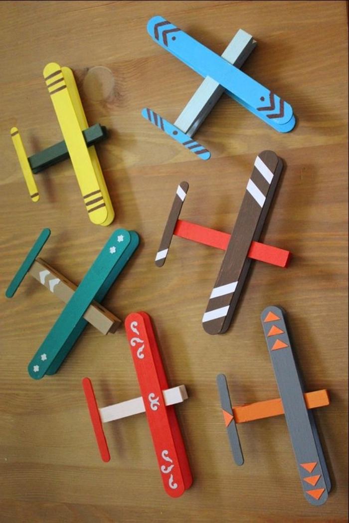jouet avion fabriqué à partir de pince à linge et batonents de glace, activité manuelle maternelle primaire pour garçon