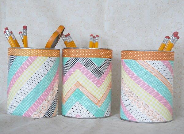 résultat final, pot a crayon diy, décoré de bandes de washi tape multicolores, activité manuelle primaire maternelle