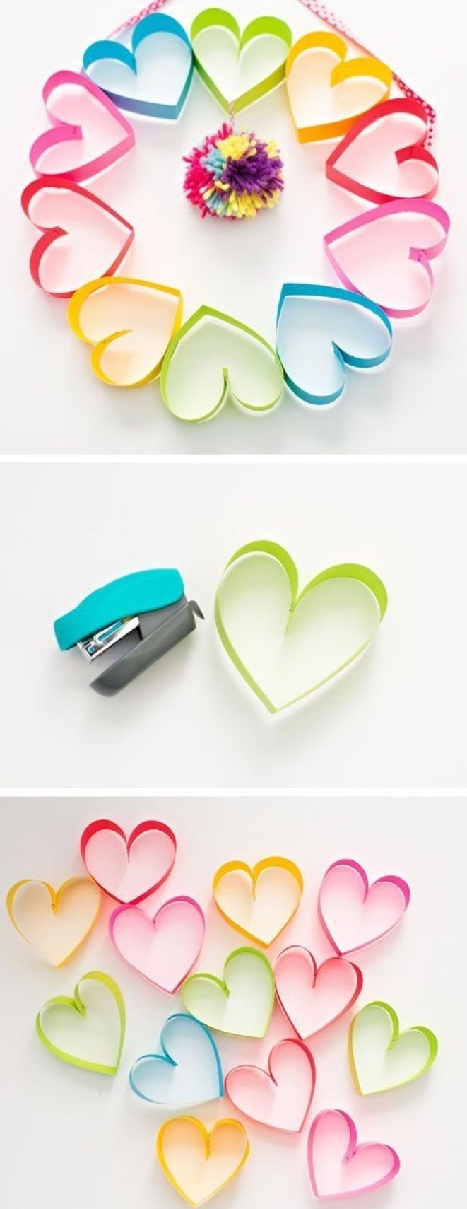 une guirlande de coeurs en papier multicolores avec un pompon multicolore, activité manuelle maternelle primaire,